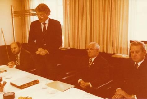 ARH Slg. Bartling 306, Standesbeamter Bernhard Klawitter (2. v. r.) wird von Bürgermeister Fritz Temps verabschiedet, 1980
