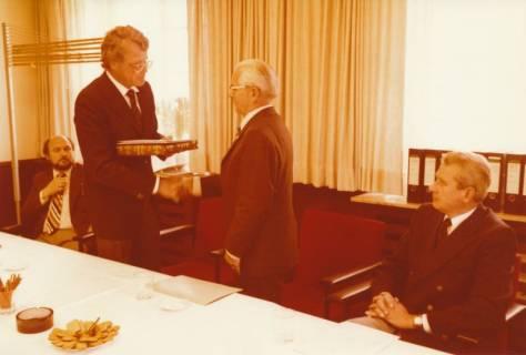 ARH Slg. Bartling 307, Standesbeamter Bernhard Klawitter (2. v. r.) wird von Bürgermeister Fritz Temps verabschiedet , 1980