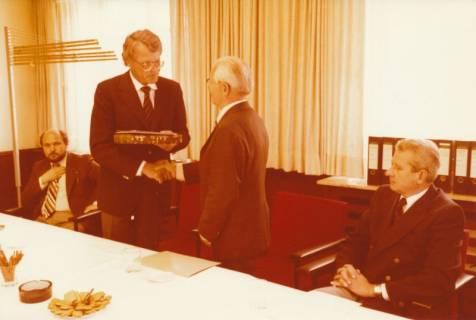 ARH Slg. Bartling 308, Standesbeamter Bernhard Klawitter (2. v. r.) wird von Bürgermeister Fritz Temps verabschiedet , 1980