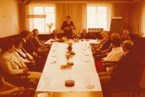 ARH Slg. Bartling 309, Standesbeamter Bernhard Klawitter wird von Bürgermeister Fritz Temps verabschiedet , 1980