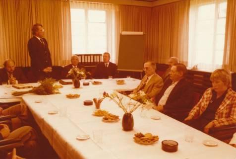 ARH Slg. Bartling 310, Standesbeamter Bernhard Klawitter wird von Bürgermeister Fritz Temps verabschiedet , 1980