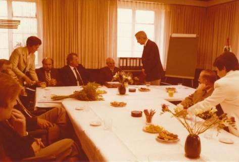 ARH Slg. Bartling 311, Standesbeamter Bernhard Klawitter wird von Stadtdirektor Felix Rohde verabschiedet , 1980