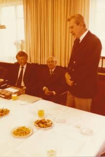 ARH Slg. Bartling 312, Standesbeamter Bernhard Klawitter wird von Stadtdirektor Felix Rohde verabschiedet , 1980