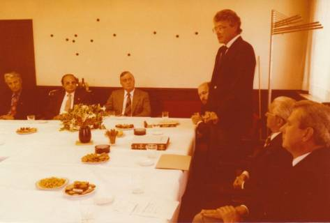 ARH Slg. Bartling 313, Standesbeamter Bernhard Klawitter wird von Bürgermeister Fritz Temps verabschiedet, 1980