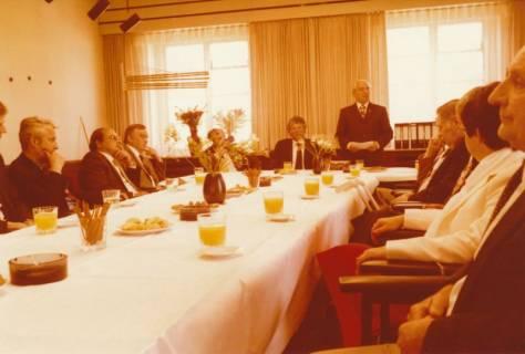 ARH Slg. Bartling 314, Standesbeamter Bernhard Klawitter (stehend) wird verabschiedet, 1980