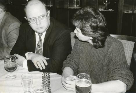 ARH Slg. Bartling 316, Städtischer Beamter und Protokollant Mußmann (li.) neben der Ratsfrau Heidi Tischmann im Anschluss an eine Ratssitzung in der Leineklause im FZZ, 1991
