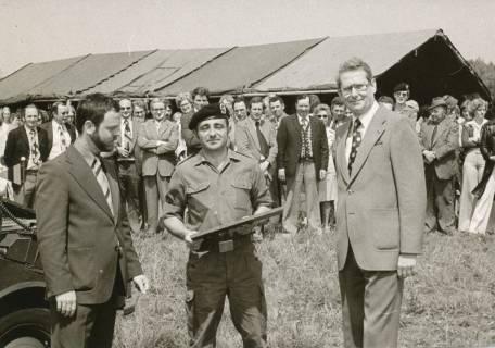 ARH Slg. Bartling 318, Städtische Bedienstete beim Betriebsausflug als Gäste der Bundeswehr in der Kaserne Luttmersen, 1975