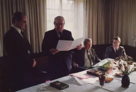 ARH Slg. Bartling 323, Bürgermeister Henry Hahn gratuliert dem Städtischen Rat Erhard Korner (li.) zum 25jährigen Dienstjubiläum, um 1980