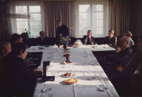 ARH Slg. Bartling 324, Bürgermeister Henry Hahn gratuliert dem Städtischen Rat Erhard Korner (li.) zum 25jährigen Dienstjubiläum, um 1980