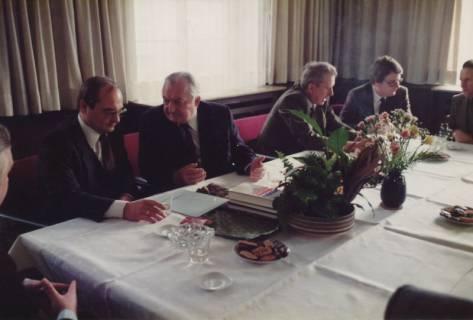 ARH Slg. Bartling 326, Bürgermeister Henry Hahn gratuliert dem Städtischen Rat Erhard Korner (li.) zum 25jährigen Dienstjubiläum, um 1980