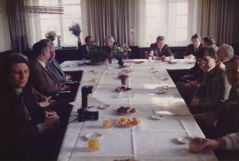 ARH Slg. Bartling 327, Bürgermeister Henry Hahn gratuliert dem Städtischen Rat Erhard Korner (hinten li.) zum 25jährigen Dienstjubiläum, um 1980