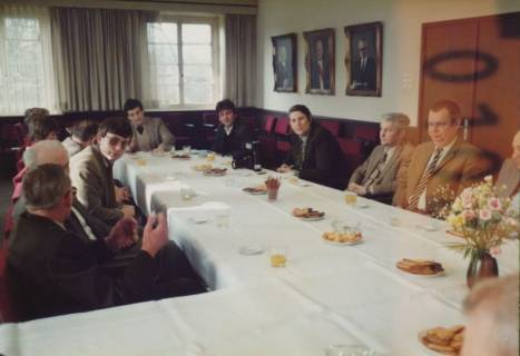 ARH Slg. Bartling 328, Bürgermeister Henry Hahn gratuliert dem Städtischen Rat Erhard Korner (hinten li.) zum 25jährigen Dienstjubiläum, um 1980