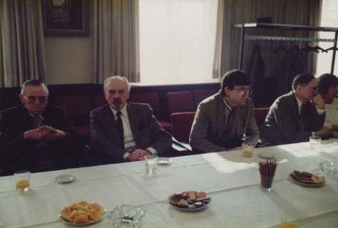 ARH Slg. Bartling 329, Bürgermeister Henry Hahn gratuliert dem Städtischen Rat Erhard Korner (hinten li.) zum 25jährigen Dienstjubiläum, um 1980