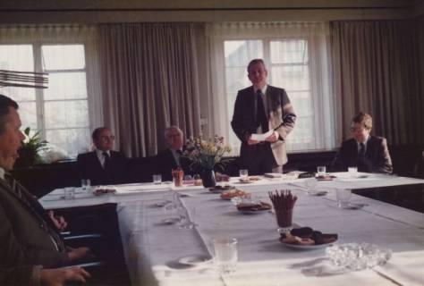 ARH Slg. Bartling 330, Stadtdirektor Felix Rohde (stehend) gratuliert dem Städtischen Rat Erhard Korner (li.) zum 25jährigen Dienstjubiläum, um 1980