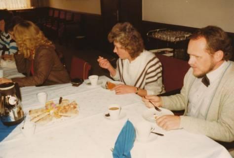 ARH Slg. Bartling 331, Kolleginnen und Kollegen bei der Feier zum 25jährigen Dienstjubiläum des Städtischen Rats Erhard Korner, um 1980