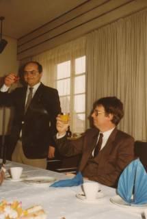 ARH Slg. Bartling 332, Städtischer Rat Erhard Korner (daneben: stellv. Stadtdirektor Gernot Feldmann) dankt seinen Kolleginnen und Kollegen bei der Feier zu seinem 25jährigen Dienstjubiläum, um 1980