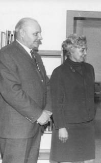 ARH Slg. Bartling 334, Stadtdirektor Otto Hergt, daneben Frau Hoffmann, Bücherei, 1969