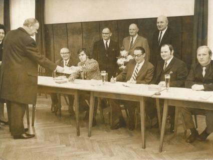 ARH Slg. Bartling 335, Im Wahllokal (im Hotel Scheve) nimmt ein Wähler die Unterlagen in Empfang, 1972