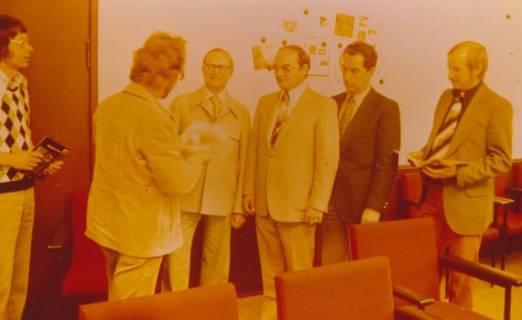 ARH Slg. Bartling 343, Übergabe eines frisch gedruckten Gästeführers an die Herren Gerhard Bednarski (v. l.), Erhard Korner, Horst Dettmann, Hans Tegtmeier, um 1975