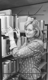 ARH Slg. Bartling 344, Frau Gisela Kapp, städtische Bücherei, am Regal stehend, 1974