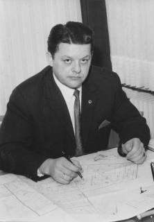 ARH Slg. Bartling 345, Willi Thies, Gemeindedirektor in Poggenhagen, am Schreibtisch vor Flurplan, 1966