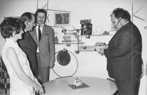 ARH Slg. Bartling 346, Stadtdirektor Felix Rohde führt eine Besuchergruppe durch das Spielezimmer der Bücherei, 1970