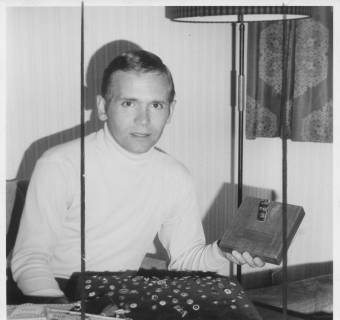 ARH Slg. Bartling 347, Schiedsrichter Elmar Schäfer präsentiert seine Ehrenzeichen, darunter die goldene Pfeife, 1970