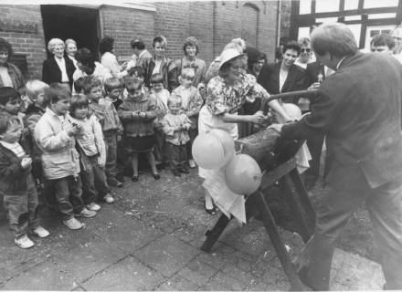ARH Slg. Bartling 350, Frisch vermähltes Paar vor dem Standesamt (Alte Schule?) einen Baumstamm durchsägend, um 1980