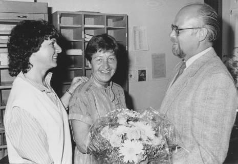 ARH Slg. Bartling 352, Überreichung eines Blumenstraußes in der Stadtverwaltung (v. l.: Marie-Luise Hein, Margot Ahrbecker, Ludwig Borchers), um 1980
