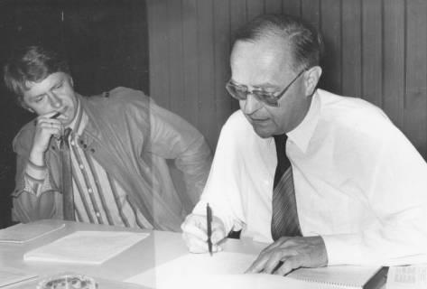 ARH Slg. Bartling 357, Heinz Niemeier, städtischer Beamter, und Gerhard Bednarski, städtischer Angestellter schreibend am Tisch sitzend, um 1980