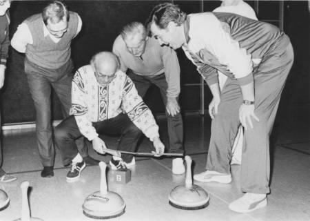 ARH Slg. Bartling 358, Vier Männer ermitteln den Sieger beim Stockschießen (Bosseln) durch Abmessen des Abstandes zur Daube, v. l.: N. N., Alfred Klingbeil, Walter Klimsa, Gerhard Müller (Sportring), um 1980