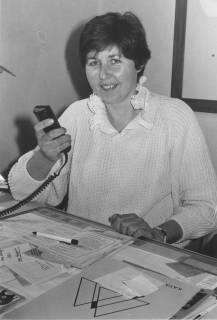 ARH Slg. Bartling 359, Städtische Angestellte am Schreibtisch sitzend mit Diktiergerät, um 1980