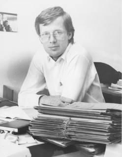 ARH Slg. Bartling 361, Städtischer Angestellter ? (unbekannt) am Schreibtisch sitzend, vor ihm ein Stapel Akten, um 1980