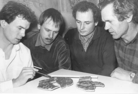 ARH Slg. Bartling 365, Vier Mitarbeiter des Bauamtes (?) am Tisch sitzend vor drei Scherben, rechts Landschaftsarchitekt Volker Magnus, um 1980