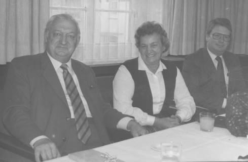 ARH Slg. Bartling 366, Henry Hahn, Bürgermeister, Elsbeth Lawrenz, städt. Angestellte, Steueramt, Gernot Feldmann, stellv. Stadtdirektor (v. l.), am Tisch sitzend, um 1980