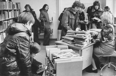 ARH Slg. Bartling 373, Buchausleihe in der Stadtbücherei, 1972