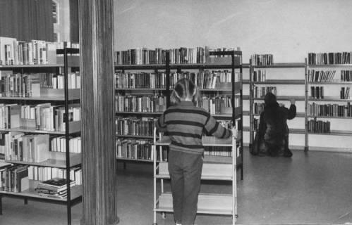 ARH Slg. Bartling 374, Blick auf die Bücherregale in der Stadtbücherei, um 1972