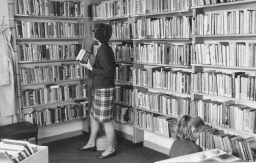 ARH Slg. Bartling 375, Blick auf die Bücherregale in der Stadtbücherei, 1972