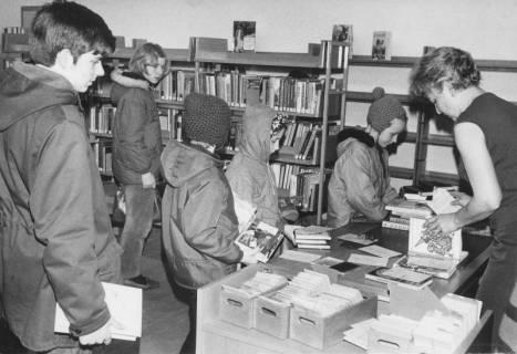 ARH Slg. Bartling 376, Buchausleihe mit Frau Hoffmann (r.), 1969