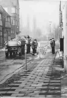 ARH Slg. Bartling 384, Mitarbeiter des Bauhofs räumen den Schneerest in der Mittelstraße, 1970