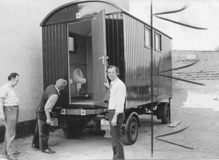 ARH Slg. Bartling 385, Baudirektor Sigurd Trommer (r.) zeigt den neuen Toilettenwagen, 1973