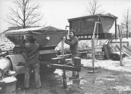 ARH Slg. Bartling 388, Ein Anhänger mit Streusalz wird für den Einsatz vorbereitet, 1974