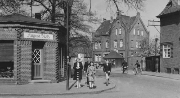 ARH Slg. Bartling 394, Marktstraße 21, Hotel Scheve, Blick über die Straße, links die Gärtnerei August Holz, um 1970