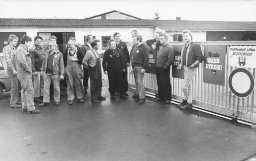 ARH Slg. Bartling 396, Warnstreik (ÖTV) von Arbeitern vor dem städtischen Betriebshof, um 1974