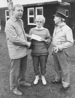 ARH Slg. Bartling 397, Rüdiger Schneider (ehemaliger Betriebsrat Kali Chemie bzw. Solvay) überreicht dem Ehepaar Sofie und August Bolz einen Briefumschlag vor dem Tierheim, Neustadt a. Rbge., um 1974