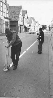 ARH Slg. Bartling 398, Zwei Arbeiter bei Straßenmarkierungsarbeiten in der Leinstraße, 1969