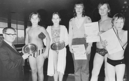 ARH Slg. Bartling 404, Siegerehrung bei den Landesjugendmeisterschaften im Kombinationsspringen durch Bürgermeister Herbert Gubba, 1975