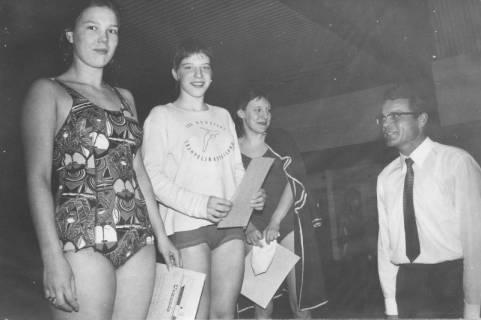 ARH Slg. Bartling 406, Bürgermeister Fritz Temps überreicht drei Schwimmerinnen eine Urkunde, 1972