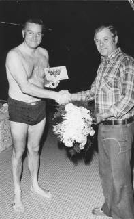 ARH Slg. Bartling 410, Dem 500.000. Badegast wird von Helmut Janssen ein Blumenstrauß überreicht, 1974