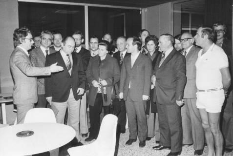 ARH Slg. Bartling 414, Stadtrat Gernot Feldmann (daneben mit gebeugtem Haupt Heinz Busse) begrüßt als Gäste im Hallenbad Mitglieder von Sportausschüssen des Landkreises Rinteln, 1974